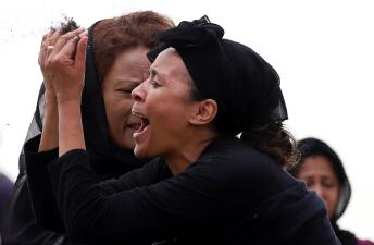Dolorosas despedidas: familiares de víctimas del avión de Ethiopian Airlines visitan el lugar de la tragedia