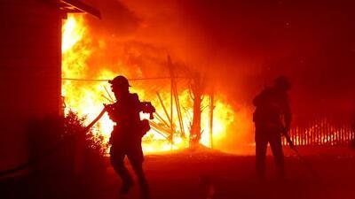 Fuego en California: 94 estructuras calcinadas, unos 180,000 evacuados y más de un millón de casas sin electricidad