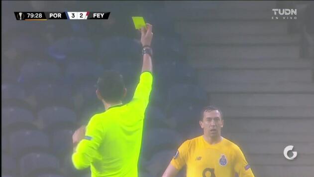 Tarjeta amarilla. El árbitro amonesta a Agustín Marchesín de FC Porto