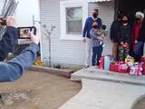 Familia migrante del Valle Central recibe sorpresa de Navidad