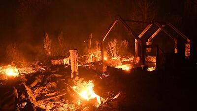 California declara estado de emergencia en tres condados donde los incendios no detienen su furia