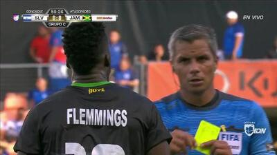 Tarjeta amarilla. El árbitro amonesta a Junior Flemmings de Jamaica