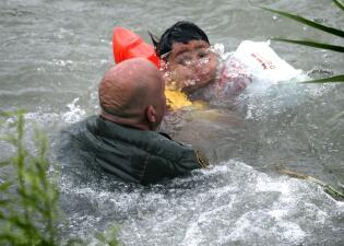 En fotos: Agentes fronterizos rescatan a niño hondureño en el río Grande