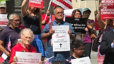 Residentes de San Antonio demandan a la ciudad en defensa de Chick-fil-A