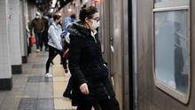 Nueva York retoma el servicio de 24 horas en el metro (pero se mantiene el uso de mascarillas)