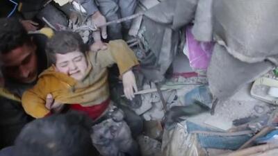 En video: Rescatan a niños de los escombros después de ataques aéreos en Siria
