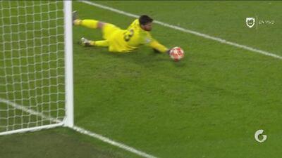 Alisson 'manotea' y le roba el gol a Gnabry