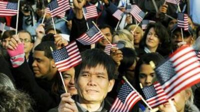 Casi 700 mil nuevos ciudadanos de Estados Unidos en el año fiscal 2011