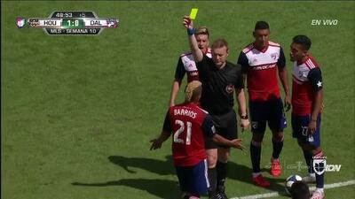 Tarjeta amarilla. El árbitro amonesta a Michael Barrios de FC Dallas
