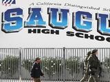 Estudiantes de la preparatoria Saugus regresan a clases tras tiroteo masivo