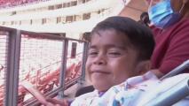 Cumple uno de sus sueños un joven atrapado en cuerpo de niño: asistir a un partido del Chivas de Guadalajara