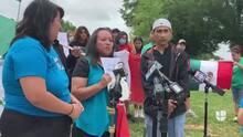 Estudiante hispano recibe diploma tras polémica por usar la bandera de México en su graduación