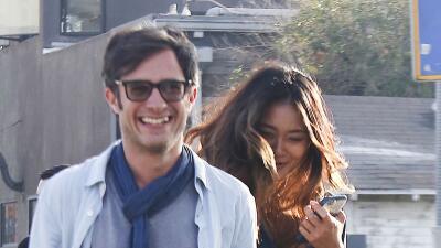 Gael García tiene una novia muy tímida con las cámaras