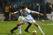 TUCUMAN, ARGENTINA - AUGUST 09: Deliver Machado of Atletico Nacional and Gervasio Nuñez of Atletico Tucuman fight for the ball during a round of sixteen first leg match between Atletico Tucuman and Atletico Nacional as part of Copa CONMEBOL Libertadores 2018 at Monumental Jose Fierro Stadium on August 9, 2018 in Tucuman, Argentina. (Photo by Agustin Marcarian/Getty Images)