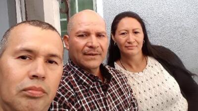 """""""En mi corazón estaba muerto"""": dos inmigrantes encuentran a su hermano 30 años después"""