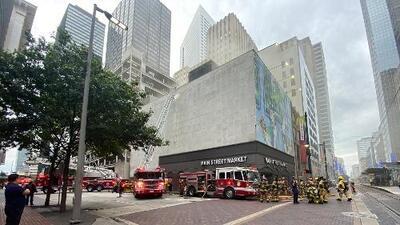 Bomberos combaten un incendio en un edificio del centro de Houston