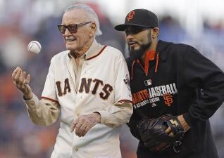 En fotos: Stan Lee fue un fanático del béisbol y allí recibió sus homenajes en vida
