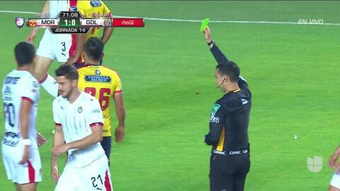 Tarjeta amarilla. El árbitro amonesta a Hiram Mier de Guadalajara