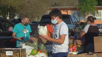Iglesia del norte de Houston entrega comidas gratis para que 2,000 familias celebren Acción de Gracias