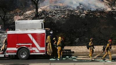 Mujer huye a Los Ángeles tras evacuar su casa en Ventura por incendio Thomas y encuentra el fuego Creek