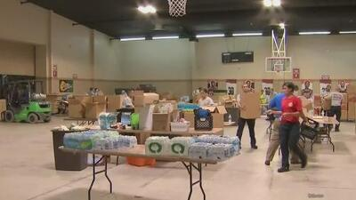 Decenas de voluntarios en Miami-Dade trabajan en la recolección de insumos para Bahamas