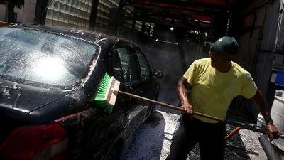 Legisladores de Nueva York aprueban proyecto que obliga a pagar el salario mínimo a lavadores de autos