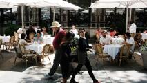 """""""Fue un salvavidas durante la pandemia"""": dueños de restaurantes piden mantener las plazas abiertas"""
