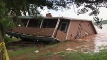 Escucha el ruido de esta casa cuando la corriente se la lleva río abajo en Oklahoma