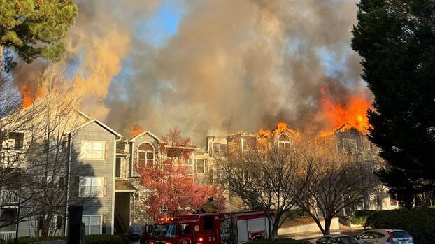 Voraz incendio en un complejo de apartamentos en Brookhaven deja 41 personas desplazadas