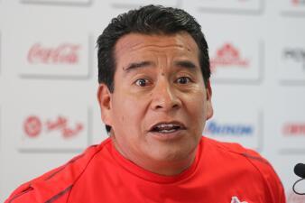 Las caras de Alberto Coyote en su última rueda de prensa como técnico de Chivas de Guadalajara
