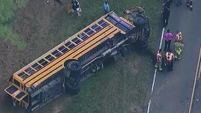 Un estudiante resulta herido luego de que un bus escolar se volcara en el condado de Montgomery