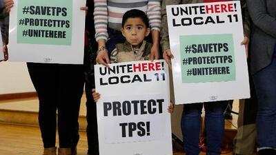Haitianos y salvadoreños demandan a Trump por eliminar el TPS