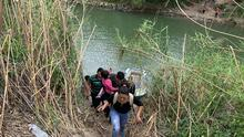 """""""Aunque lo nieguen, todos pagan para cruzar el río"""": agente fronterizo sobre ola migratoria de centroamericanos a EEUU"""