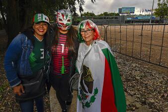 En fotos: mexicanas y españolas visten de color los alrededores del Estadio Charrúa
