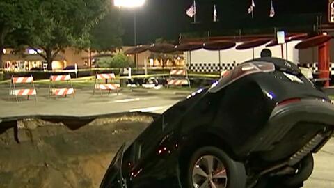 Auto cae en agujero en estacionamiento en la ciudad de Ocala, Florida