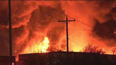 Múltiples tanques continúan ardiendo en una planta petroquímica de Deer Park, Texas
