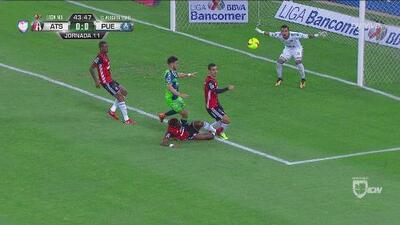 A Rafa Márquez lo golpea su compañero, pero amonestan al rival