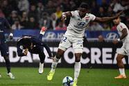 Amenazan de muerte a Thiago Mendes, jugador que lesionó Neymar