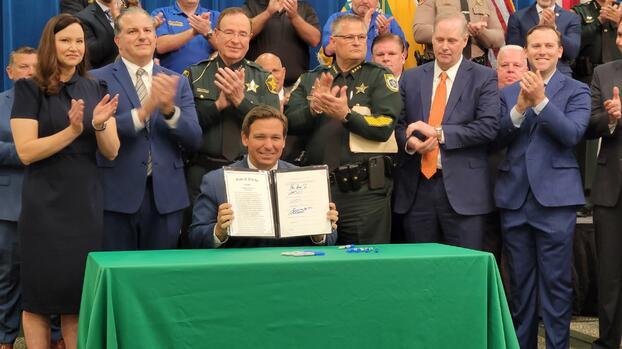 """""""Es la legislación más fuerte"""": Gobernador de Florida firma ley para reprimir protestas violentas"""