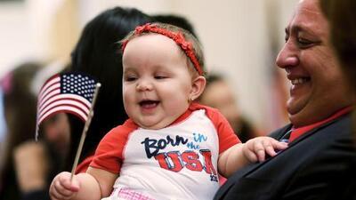 ¿Puede Trump quitar la ciudadanía a hijos de indocumentados nacidos en EEUU? Respondemos tus preguntas