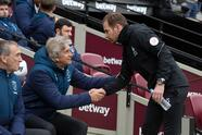 LONDON, ENGLAND - MARCH 16: Manuel Pellegrini, Manager of West Ham United shakes hands with Jan Siewert, Manager of Huddersfield Town prior to the Premier League match between West Ham United and Huddersfield Town at London Stadium on March 16, 2019 in London, United Kingdom. (Photo by Tony Marshall/Getty Images)