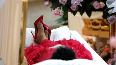 Vestida de rojo y rodeada de flores: cientos de personas hacen fila para despedir a Aretha Franklin en Detroit (fotos)