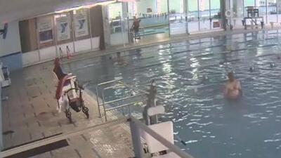 En video: Un hombre pasó cinco minutos bajo el agua en una piscina sin que los salvavidas lo notaran