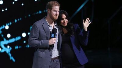 De la mano y abrazados: el príncipe Harry sube a Meghan Markle al escenario durante un evento de caridad