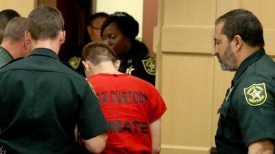Esposado y fuertemente custodiado, así salió el atacante de Parkland de la corte de Fort Lauderdale