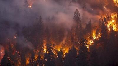 De norte a sur, California continúa enfrentándose a incendios que amenazan a unas 10,000 viviendas