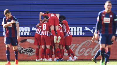 En fotos: Atlético sigue al acecho del Barcelona con un ajustado triunfo sobre el Eibar