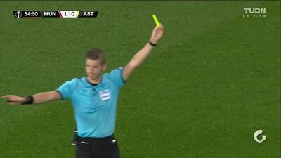 Tarjeta amarilla. El árbitro amonesta a Fred de Manchester United