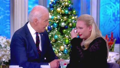 Joe Biden reconforta a la hija de John McCain, quien rompe en llanto al hablar sobre el cáncer que sufre su padre