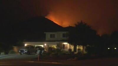 Incendio forestal se propaga rápidamente y amenaza viviendas en una localidad de Riverside California